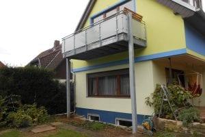 balkon-auf-stelzen-einfamilienhaus