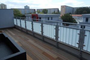 balkon-holzboden-gelaender-mit-glaseinsatz
