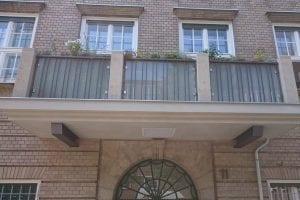 balkon-saeulen-mit-blumen