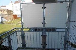 balkon-sichtschutzwand-milchglas-quadratisch