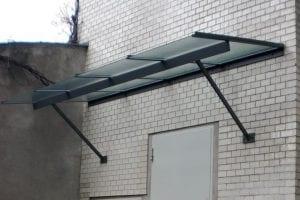 gelaender-backsteinwand-vordach