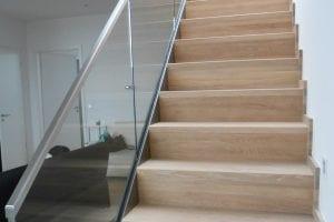 holz-treppe-mit-glasgelaender
