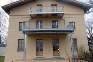 wohnhaus-zwei-balkone