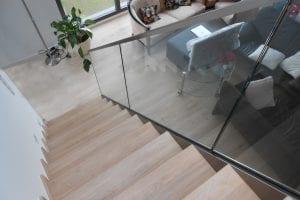 wohnraum-mit-treppe-glasgelaender